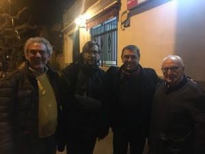 De izquierda a derecha: El alcalde de Favara, P. Domenech ; los ponentes Joan Carrera S.J. y Juan Calos Monedero, con el moderador del debate y autor de este artículo publicado en El Periódico de Aragón