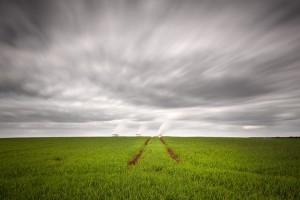 Tras los verdes campos contaminantes plantas eléctricas