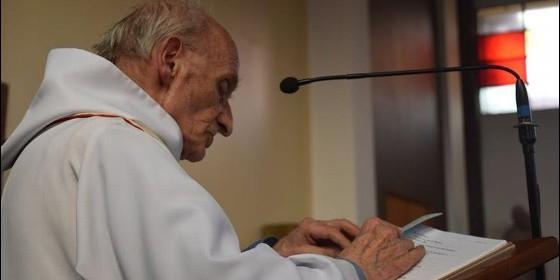 Jacques Hamel, de 84 años, celebrando su Misa, como todos los días.