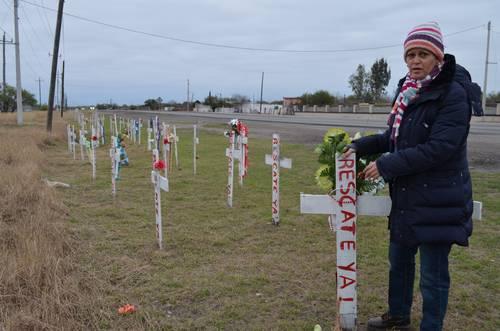 Cristina Auerbach, directora de la organizacion Familia Pasta de Conchos, junto a las cruces colocadas por más de 2 mil mineros fallecidos en labores del carbón. Foto Sanjuana Martínez