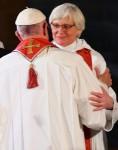 papa-abrazo-obispa-luterana-235x300