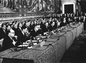 Las 6 delegaciones firmantes: Spaak, de Bégica, en primer plano. Y el 5º Konrad Adenhauer.